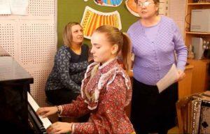 За фортепиано ученица четвёртого класса Прокопчук Лана со своим преподавателем.
