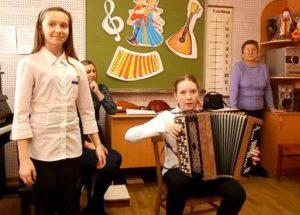 Маша Каньшина аккомпанирует Саше Гусевой (3 класс)