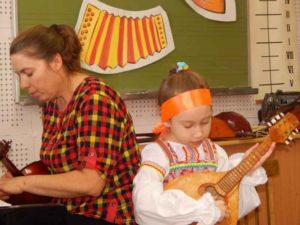 Первоклассница Дарина Бекназарова играет на мандолине со своим преподавателем Танковой Н.В.